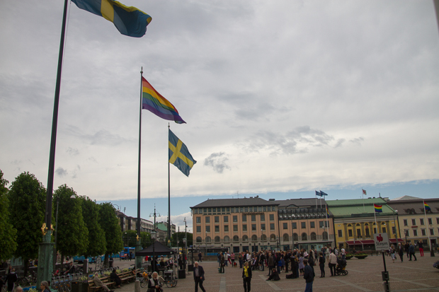Stolt stadsdirektör hissade regnbågsflaggan