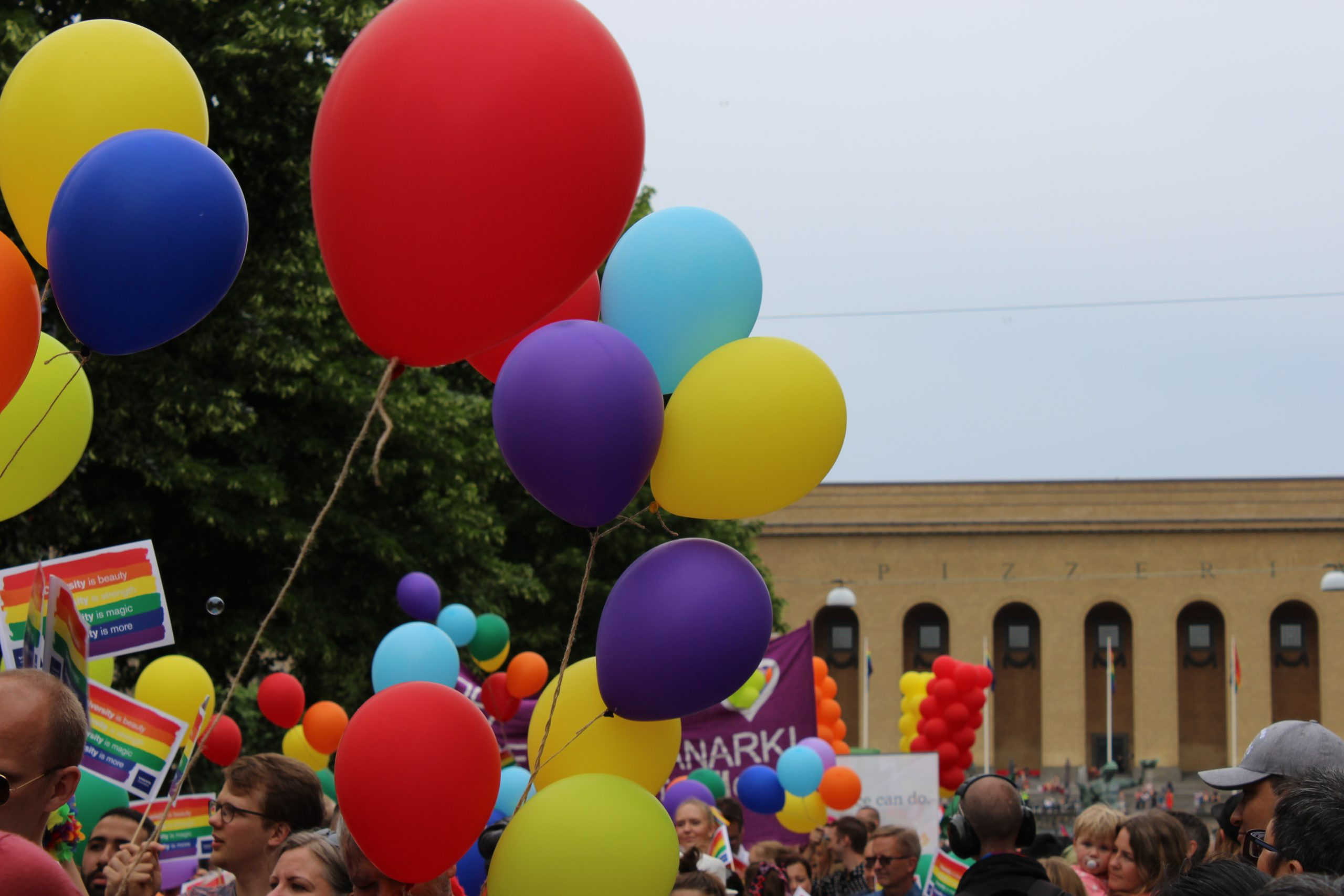 färgglada ballonger med Göteborgs konstmuseum i bakgrunden