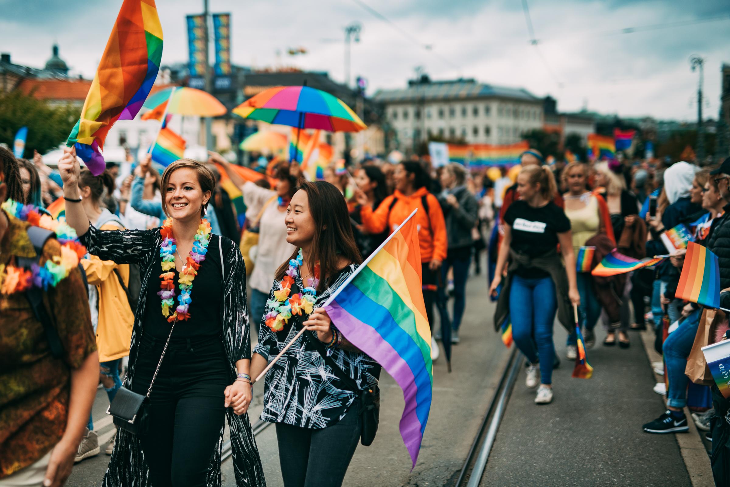 Glada personer går i prideparad