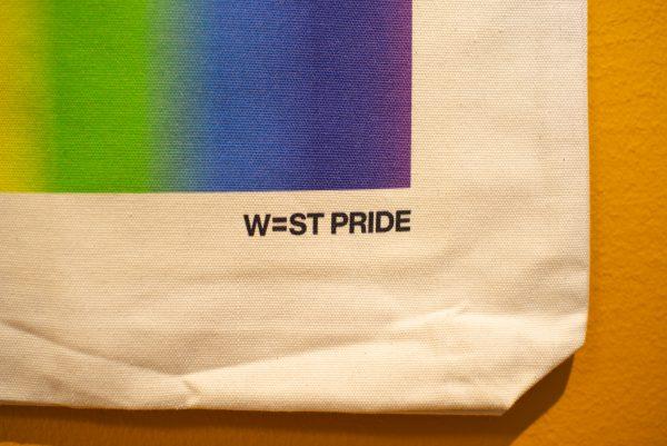 närbild på en West Pride tygpåse