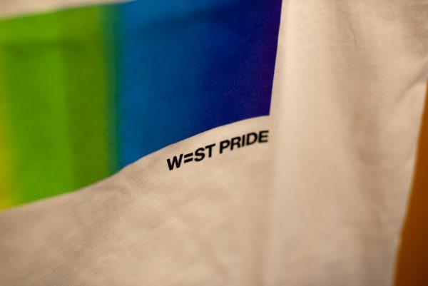 närbild på en vit t-shirt med West Pride tryck