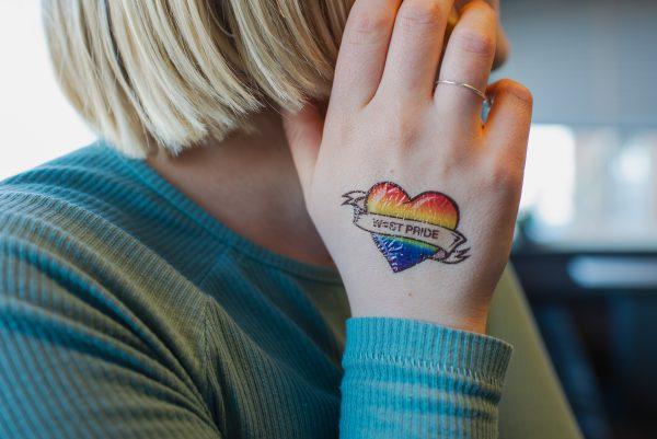 person med en gnuggistatuering på handen