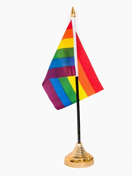 liten regnbågsflagga på fot