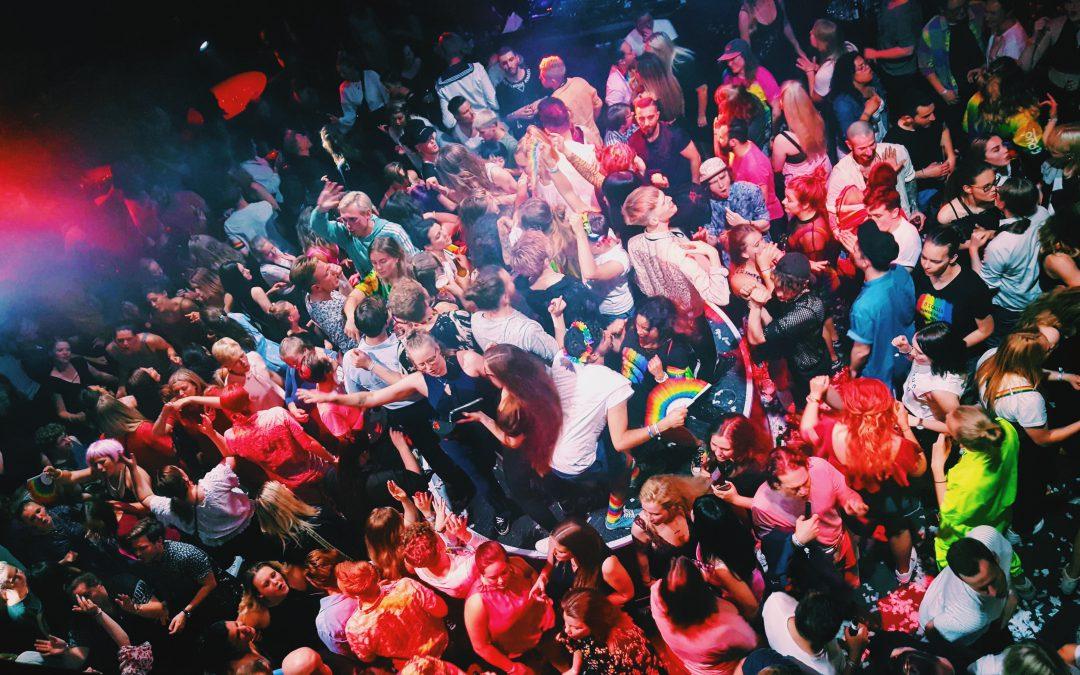 personer står tätt på ett stort dansgolv. Fotot är taget snett uppifrån